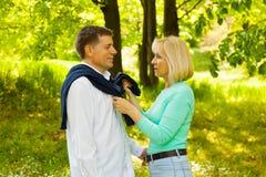 变老的夫妇中间名公园 免版税库存照片
