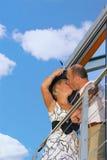 变老的夫妇亲吻的中间名 库存图片