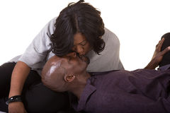 变老的夫妇亲吻的中间名 免版税库存照片