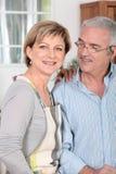 变老的夫妇厨房中间名 免版税图库摄影