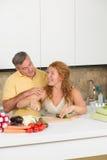 变老的夫妇厨房中间名 图库摄影