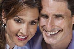 变老的夫妇愉快的人中间纵向妇女 免版税库存照片
