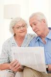 变老的夫妇新闻读取 免版税图库摄影