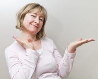 变老的愉快的中间妇女 免版税图库摄影