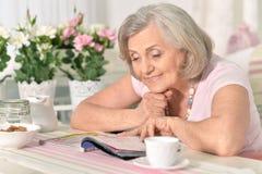 变老的愉快的纵向妇女 免版税库存图片