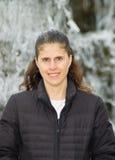 变老的棕色女性头发中间唯一白色 免版税库存照片