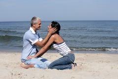 变老的海滩夫妇中间名 免版税库存图片