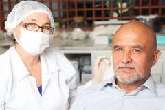 变老的牙科医生人中间名 免版税库存图片