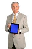 变老的生意人中间微笑的片剂 免版税库存照片