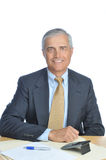 变老的生意人服务台他供以座位的中&# 免版税库存图片