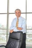 变老的生意人椅子他倾斜的中间名 免版税库存图片