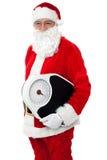 变老的男性圣诞老人藏品秤 库存照片