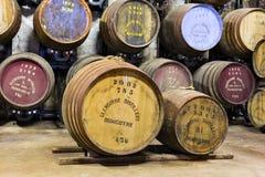 变老的老木桶和酒桶在威士忌酒蒸馏器的地窖里 库存图片