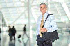变老的袋子生意人中间微笑的旅行 免版税库存图片