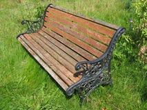 变老的长凳庭院 免版税库存图片
