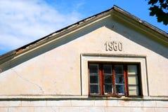 变老的顶楼视窗 免版税库存图片