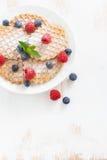 变薄比利时华夫饼干用新鲜的莓果,顶视图,垂直 免版税库存照片