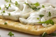 变薄酥脆薄脆饼干用乳脂干酪和荷兰芹 免版税库存照片