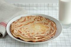 变薄绉纱或薄煎饼用黄油和牛奶 图库摄影