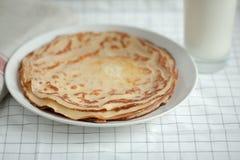 变薄绉纱或薄煎饼用黄油和牛奶 库存图片