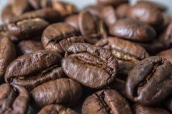 变褐咖啡关闭油煎的五谷宏指令的 库存图片
