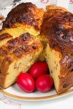 变褐的意大利节日糕点和三个复活节彩蛋 免版税库存照片