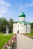 变貌大教堂和纪念碑对亚历山大・涅夫斯基在克里姆林宫, Pereslavl-Zalessky,俄罗斯的金黄圆环 库存图片