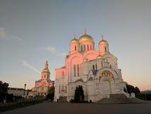 变貌的大教堂在日落和天空的Diveyevo 免版税库存照片