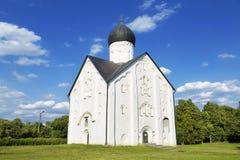 变貌的老东正教教会在伊蕾娜的在Veliky诺夫哥罗德在一个夏日, 免版税库存照片