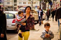 叙利亚家庭在空的夏天镇 免版税库存照片
