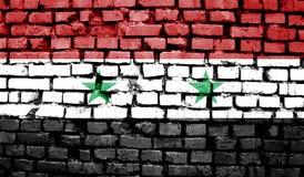 叙利亚的旗子以老减速火箭作用为背景的 库存图片