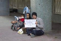 从叙利亚的难民请求在街道上的帮忙在伊斯坦布尔,土耳其 免版税库存照片