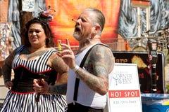 离经叛道之人的展示艺术家驾驶钉子入在亚特兰大节日的鼻子 图库摄影