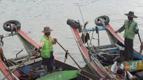口岸、奎伊&跳船:亚洲-在小船的船员等待乘客的能到达 股票录像