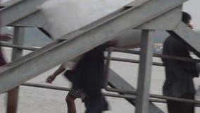 口岸、奎伊&跳船:亚洲-批评并且跟随搬运工运载的大袋过去大船 影视素材