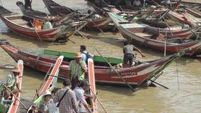 口岸、奎伊&跳船:亚洲-掀动下来从步行桥到小船 股票录像