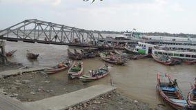 口岸、奎伊&跳船:亚洲-横跨客船口岸的平底锅在缅甸 股票录像