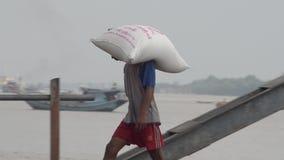 口岸、奎伊&跳船:亚洲-跟随搬运工的平底锅运载大袋 股票录像