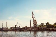 口岸减速火箭河的铲车 免版税库存图片
