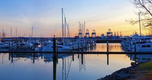 口岸和小游艇船坞日落视图  塔科马, WA 免版税库存照片