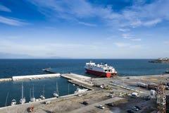口岸和载汽车轮船在Rafina,希腊 库存图片