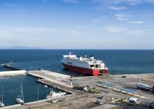 口岸和载汽车轮船在Rafina,希腊 库存照片