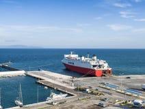 口岸和载汽车轮船在Rafina 希腊 库存照片