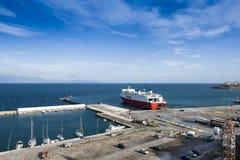 口岸和载汽车轮船在Rafina 希腊 免版税库存照片