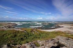口岸平均观测距离的风雨如磐的海咆哮,科伦赛岛,苏格兰小岛  库存图片