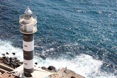 口岸灯塔在汹涌的海 免版税库存照片
