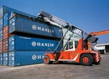 从口岸的运输货柜 图库摄影
