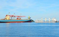 口岸货物起重机、船和容器 免版税库存图片