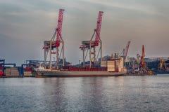 口岸起重机和一艘船在卸载 免版税库存图片