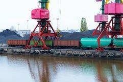 口岸,装货,起重机,煤炭,无盖货车,货物终端 免版税库存照片